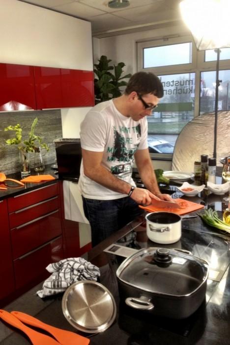 Simon beim Kochen