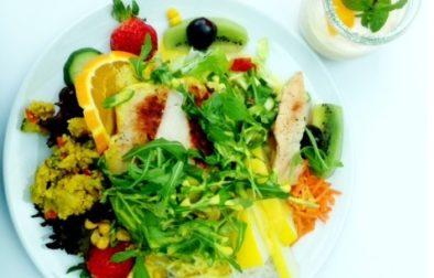 Eine bunte Salatvariation mit Honig-Curry-Dip zum Mittag oder Abendessen