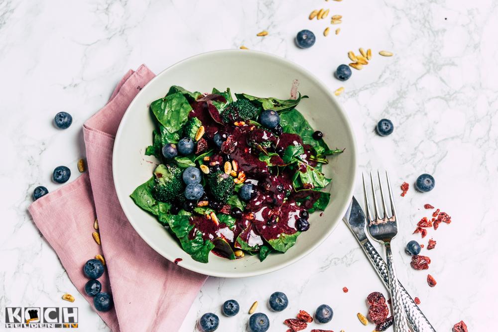 Spinatsalat mit Blaubeerdressing - www.kochhelden.tv
